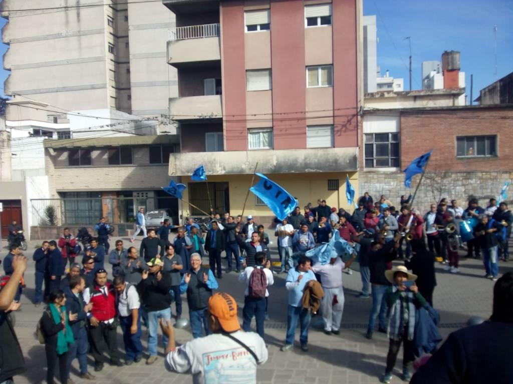 Protesta de trabajadores del sector en la puerta de la Legislatura
