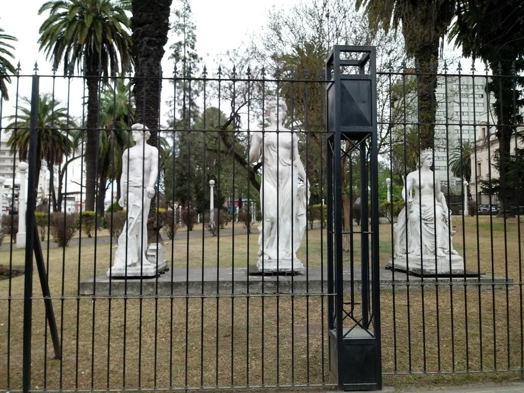 Réplicas en un jardín en Casa de Gobierno