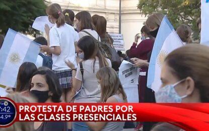 Padres y docentes protestan contra el cierre de escuelas en el Ministerio de Educación y distintos puntos del AMBA
